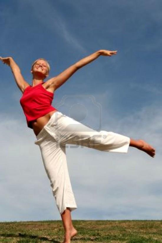 joven mujer bailando sobre el c sped e1306140877327